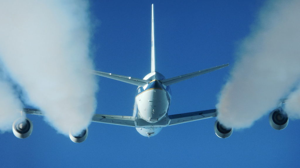 Douglas_DC-8_producing_contrails_at_a_biofuel_test